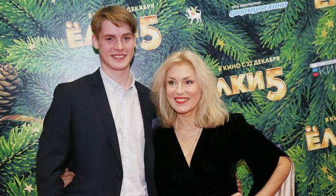 Мария Шукшина: сын Макар Касаткин появился с новой возлюбленной на свадьбе бабушке