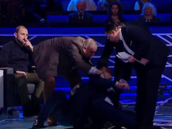 Мосийчук избил политолога тростью вэфире канала NewsOne (ВИДЕО)
