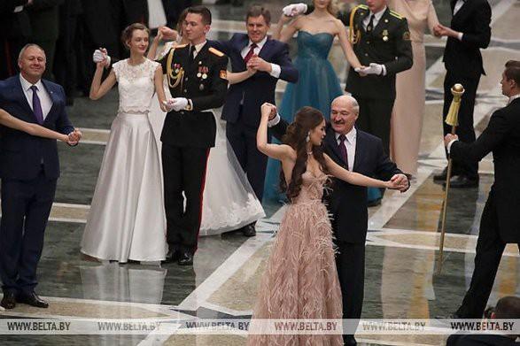 Лукашенко станцевал на балу с «Мисс Беларусь-2018»