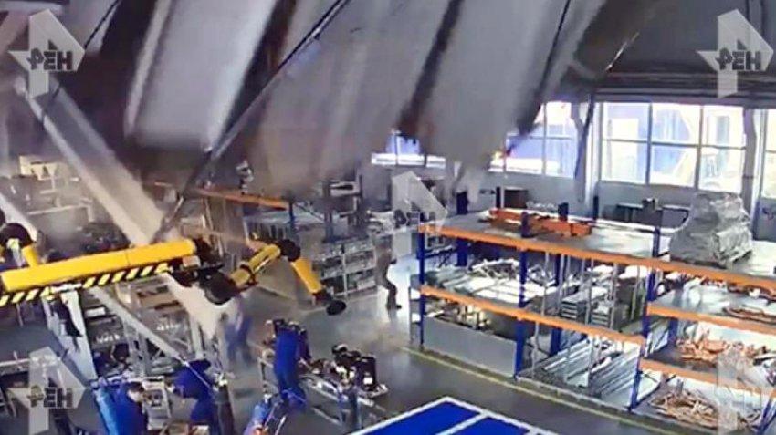 Момент обрушения крыши на заводе в Дзержинском попал на видео