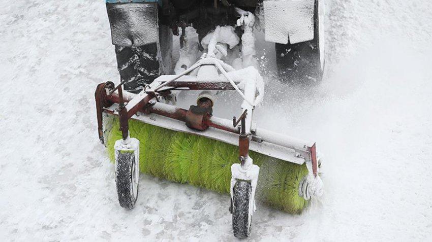 В Москве подросток попал в снегоуборочную машину