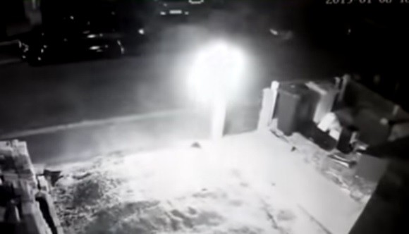 Камера видеонаблюдения засняла шар-НЛО или шаровую молнию
