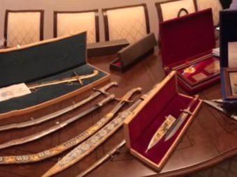 Золотые слитки, сабли, валюта: Опубликовано видео обыска у сенатора Арашукова