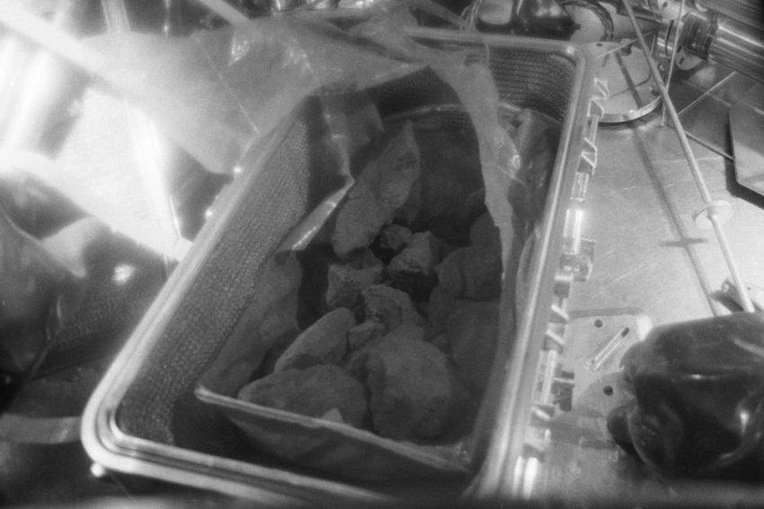 Среди добытого астронавтами Аполлона-14 лунного грунта оказался камень с Земли