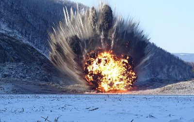 Военные пробили затор в районе реки Бурея мощным взрывом
