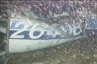 На месте крушения самолета, в котором летел футболист Эмилиано Сала, обнаружено тело