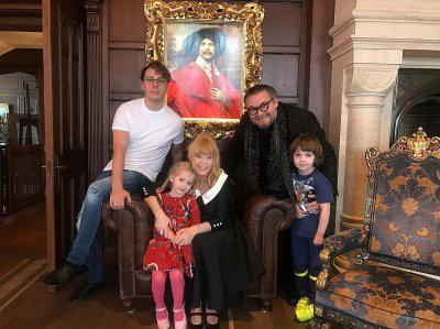 Пугачева раздает свои наряды