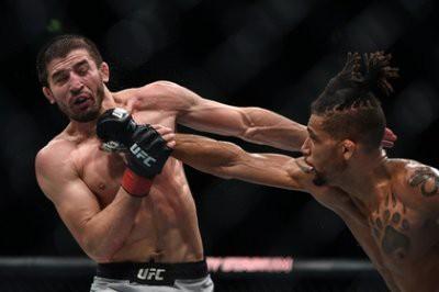 Российский боец Рустам Хабилов проиграл бразильцу Диего Фаррейре на турнире UFC