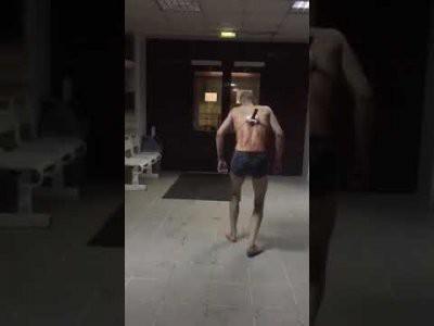 В больнице Татарстана пациент с ножом в спине пошел покурить: видео