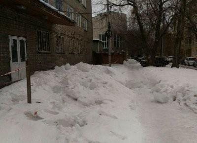 В Рязани на ребенка упала глыба льда: видео