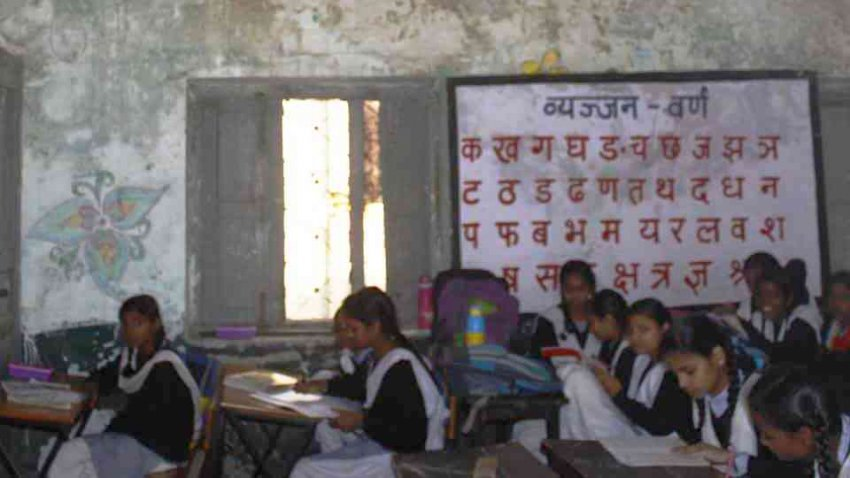 """В индийской школе одержимая девушка """"заразила"""" 13 своих подруг"""