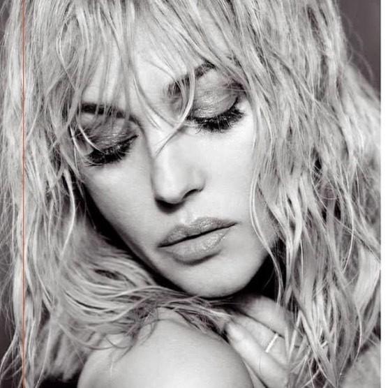 Моника Беллуччи перевоплотилась в роковую блондинку для глянцевой фотосессии