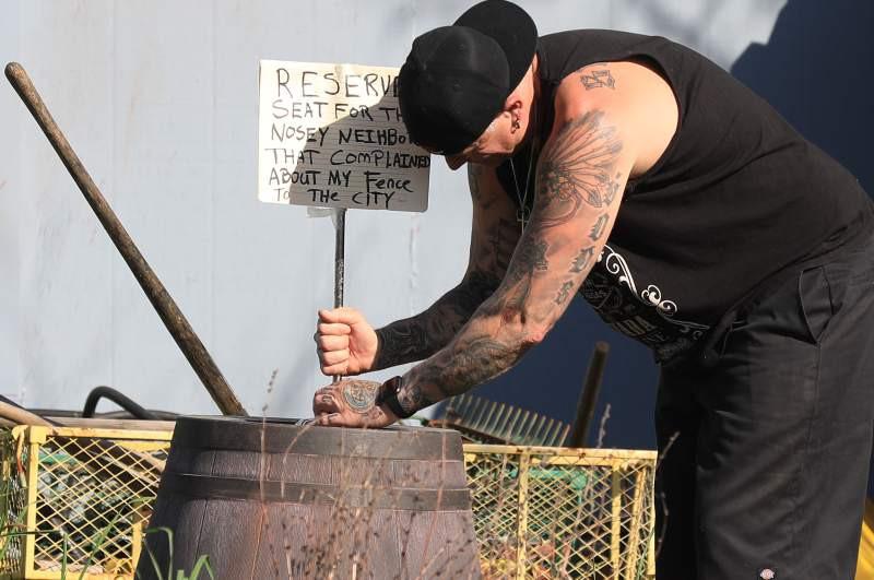 Американец ловко отомстил за снесенный забор с помощью обычных манекенов