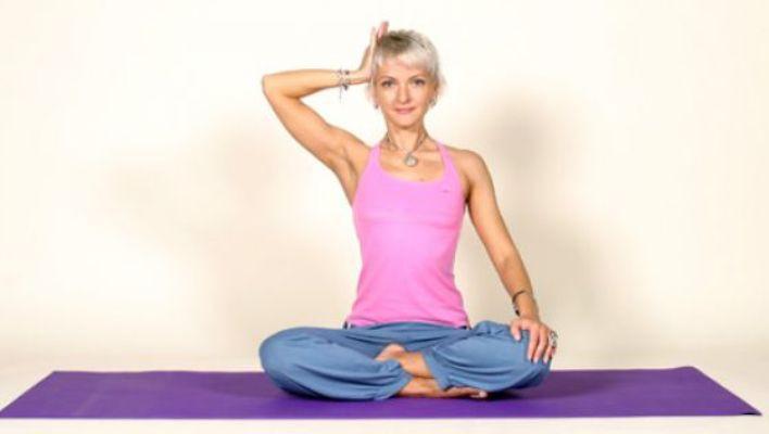 Йога: 11 упражнений для профилактики болей в шее