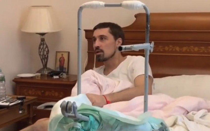 Дима Билан после операции передвигается в инвалидном кресле