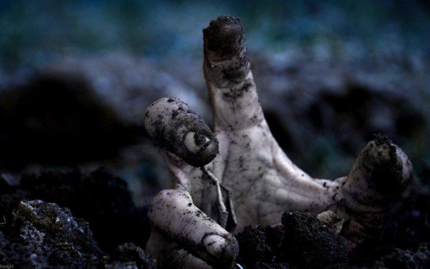 Как в кошмарном сне: Женщину затянуло в могилу ее родителей