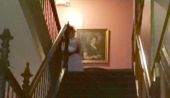 В старинном доме на лестнице сфотографировали призрак женщины