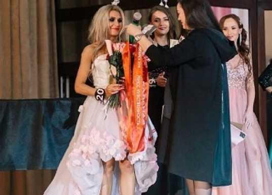 Жена уральского священника стала «Мисс чувственность» на конкурсе красоты и лишила мужа прихода