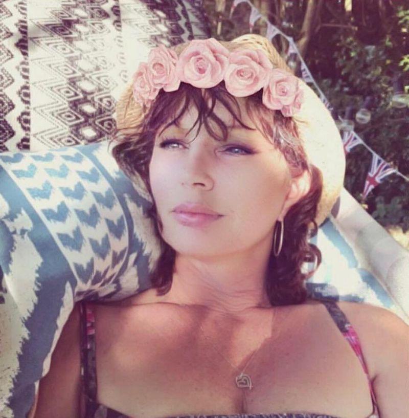 Секс-символ Келли Брук впервые опубликовала фото матери, показав, что они очень похожи