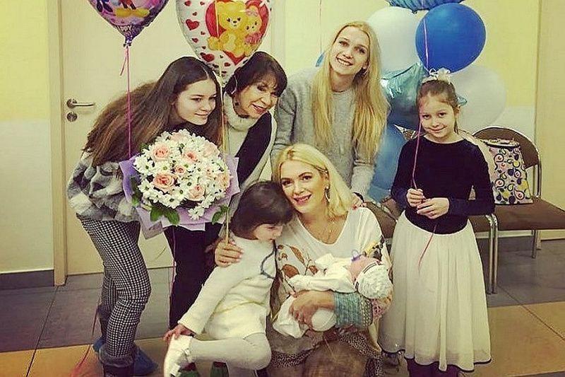 Илья Древнов подал в суд, не определившись у кого из детей Порошиной, он хотел бы выяснить свое отцовство