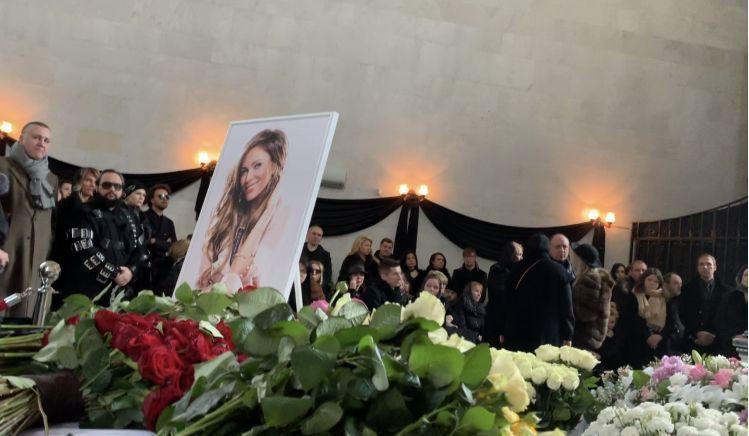 Мама Юлии Началовой тайком положила в гроб дочери носовой платочек со своими слезами