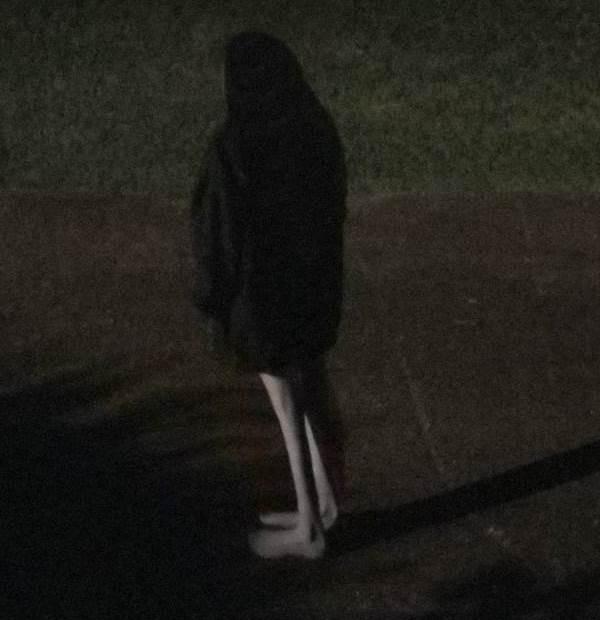 Парень заснял возле своего дома жуткую девушку
