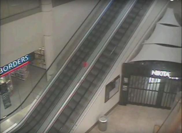 В торговом центре засняли невидимку с красным шариком