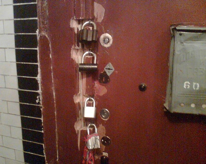 В Подмосковье коллекторы за долг одного соседа заблокировали двери во всем подъезде