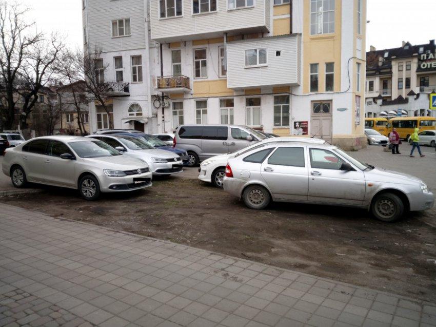 ГИБДД Кисловодска не борется с парковкой на газоне