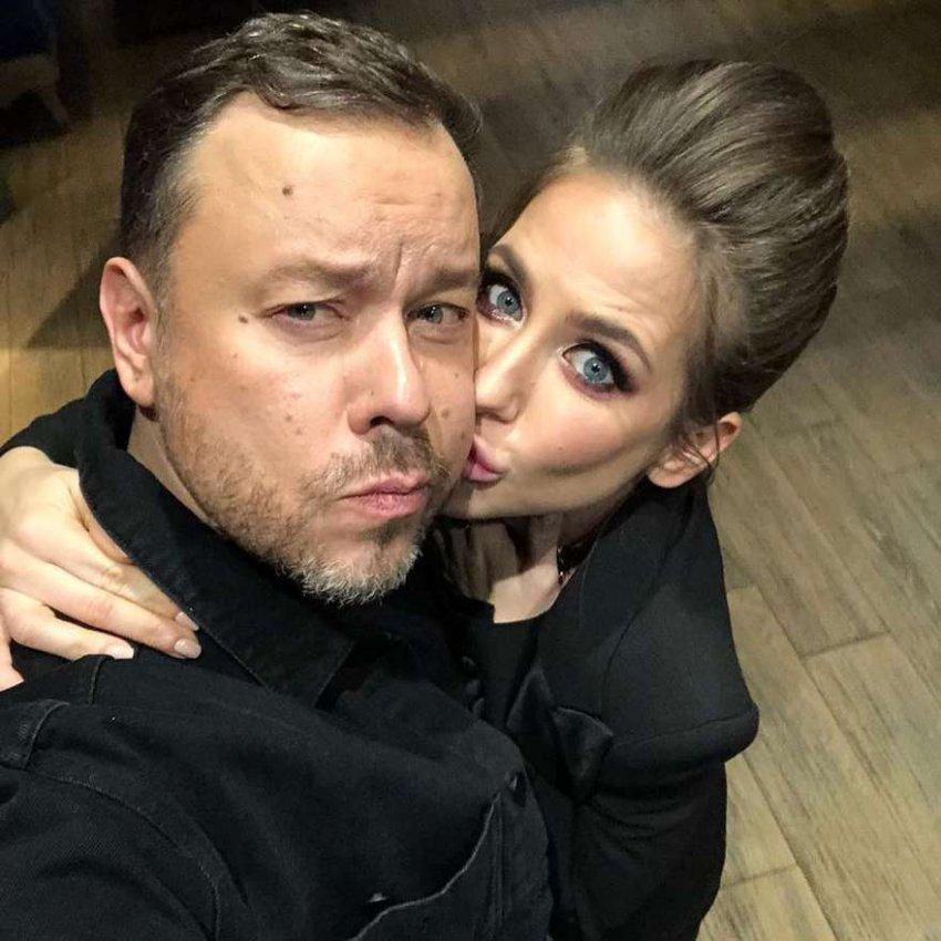 Юлия Барановская поцеловала дизайнера первых леди России