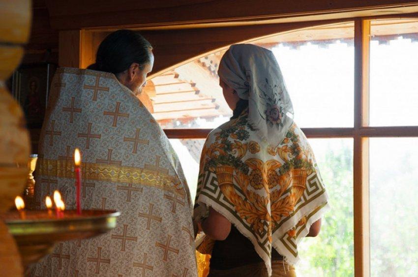 На Урале священник и попадья устроили драку с прохожими, угостив их электрошокером