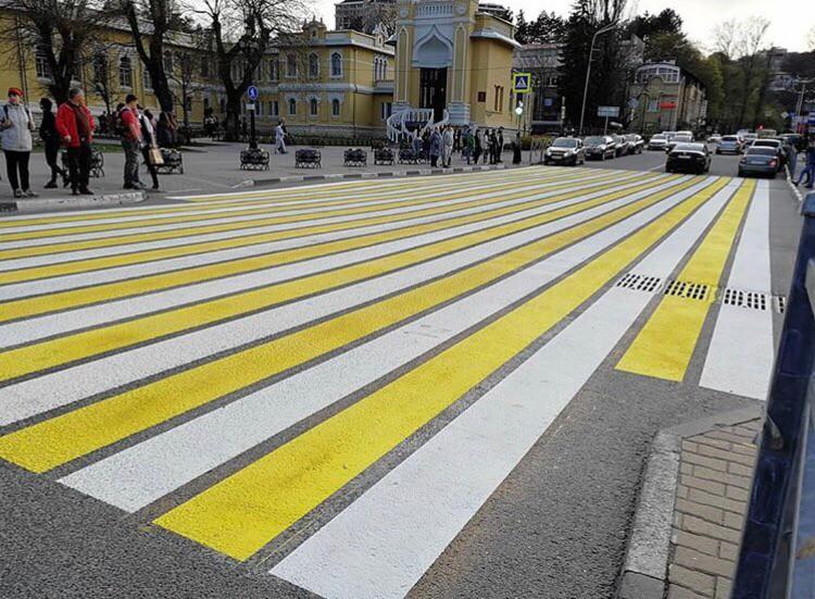 Гигантская «зебра» украсила пешеходный переход в Кисловодске
