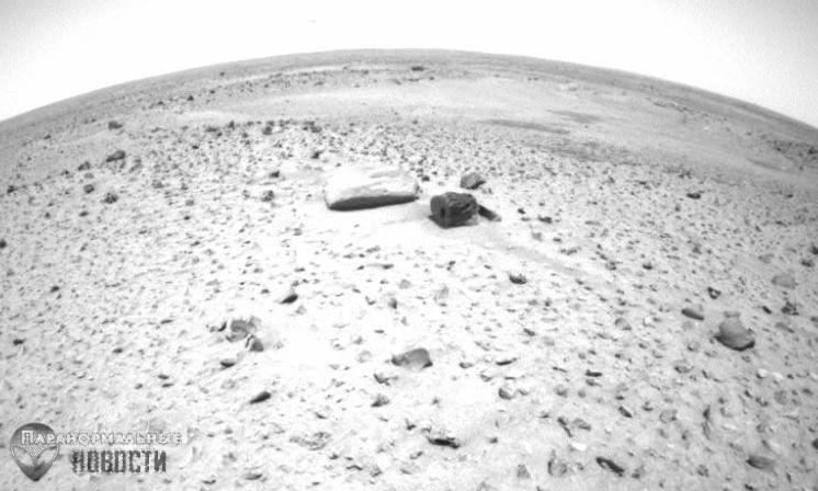 На фото с Марса нашли странный камень- «бревно» с прямоугольной дырой