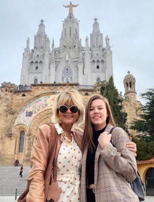 49-летняя Юлия Меньшова показала подросшую дочь