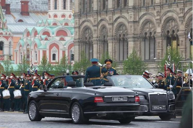 Кабриолет, кадеты, девушки: яркий парад в пасмурной Москве