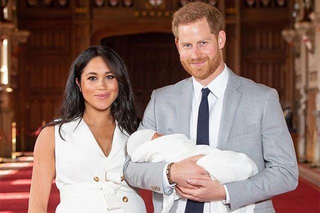 Британские СМИ предположили, что принц Гарри и Меган Маркл показали вместо ребенка куклу