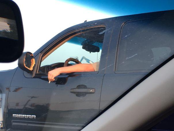 11 фотографий самых странных вещей, которые люди видели на дорогах