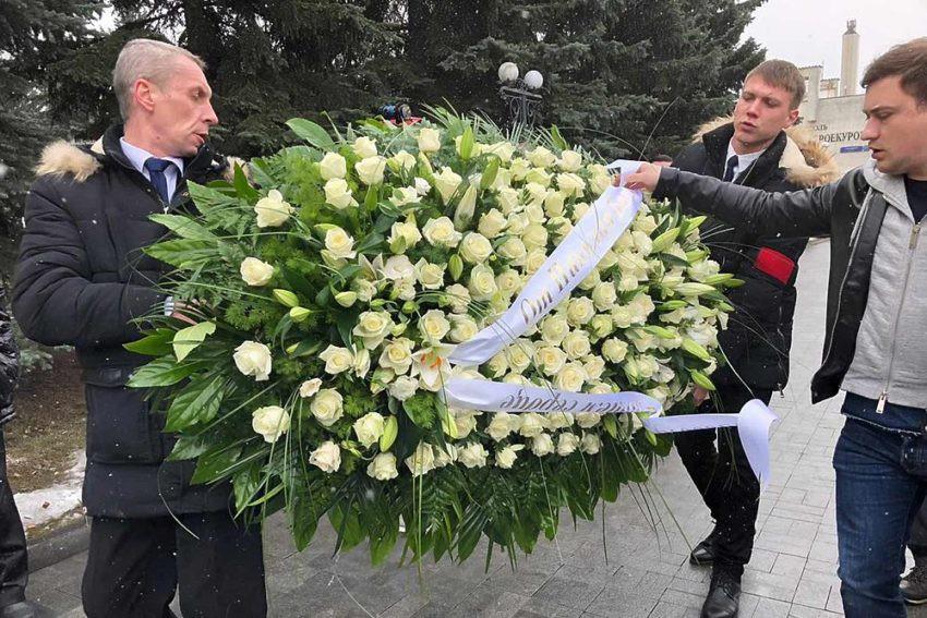 """На могиле Началовой """"заряжают"""" крема и воду"""