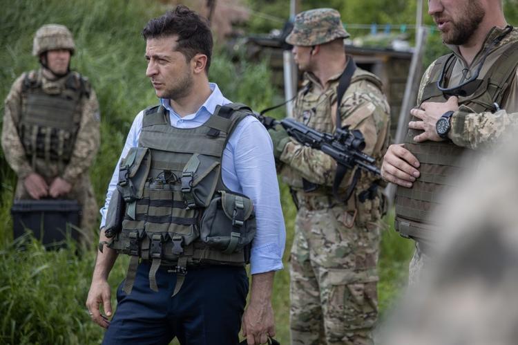 Президент на линии огня: Зеленский побывал на Донбассе