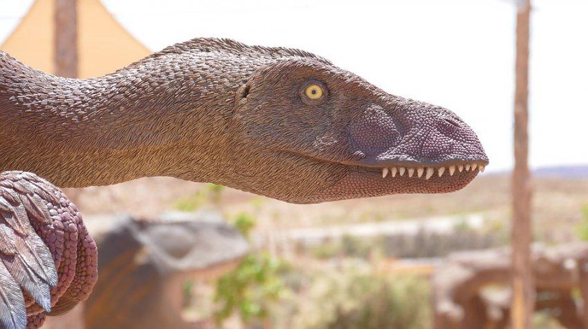 В Тбилиси камера видеонаблюдения засняла динозавра