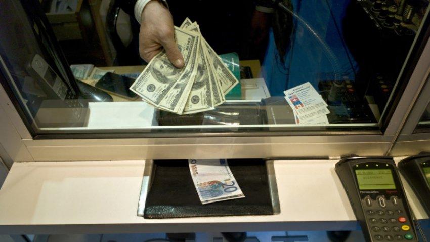 Эксперты рассказали, стоит ли покупать валюту к летним отпускам