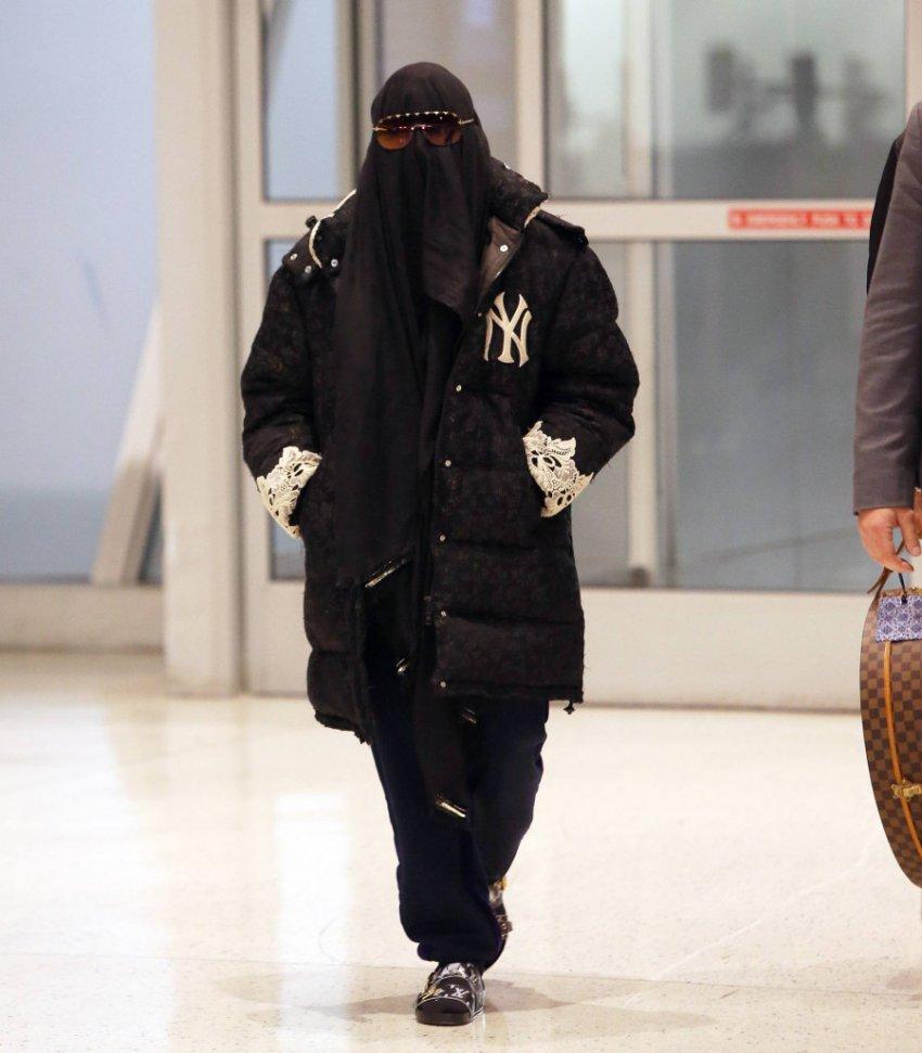 60-летнюю певицу Мадонну заставили снять паранджу в аэропорту Нью-Йорка