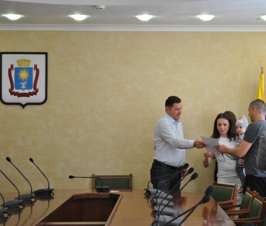 Глава Кисловодска вручил многодетным семьям денежные сертификаты