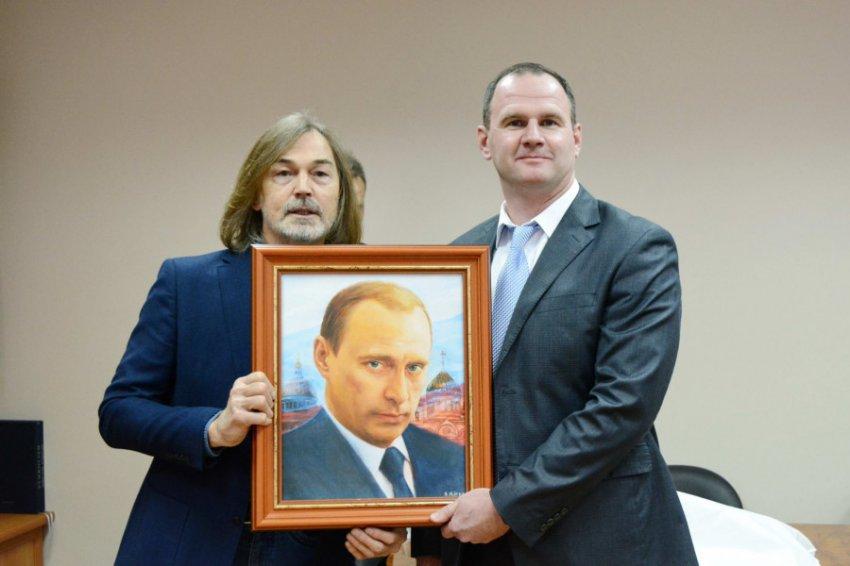 Никаса Сафронова атакуют с требованиями выслать денег