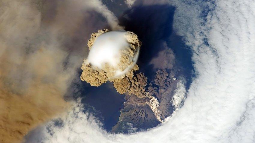 Ученые зафиксировали мощное извержение подводного вулкана, которого полгода назад в том месте не было