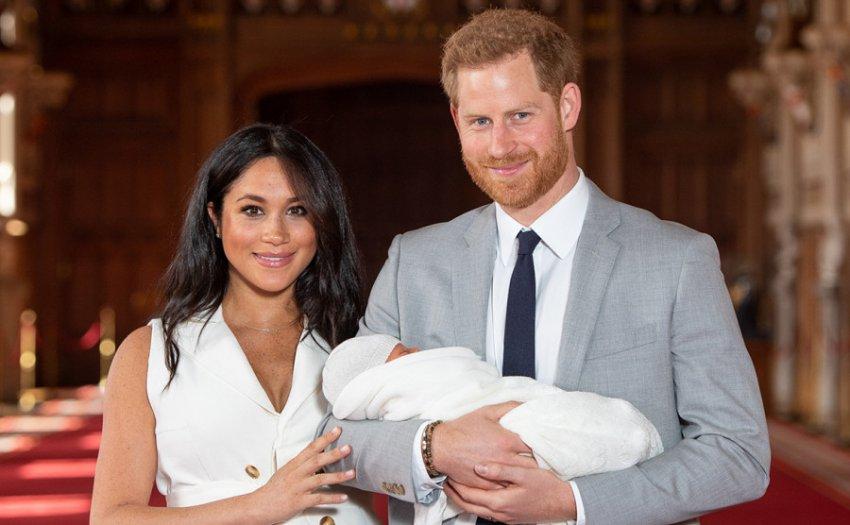 Туристы прогулялись в шести метрах от дома Меган Маркл и принца Гарри и заглянули к ним в окна