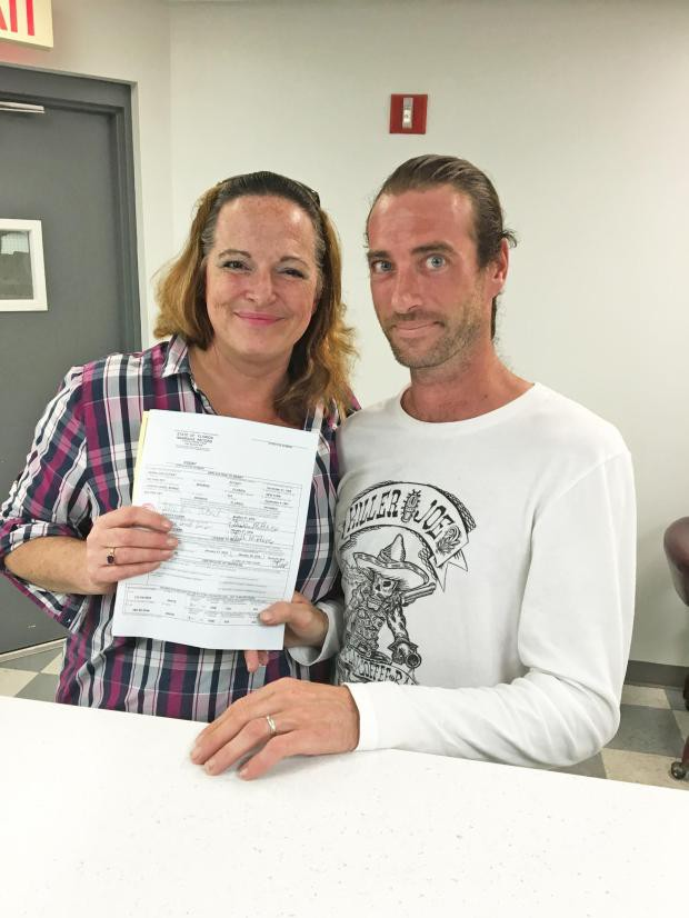 Женщина вышла замуж за младшего брата, отношения с которым они скрывали от семьи 10 лет