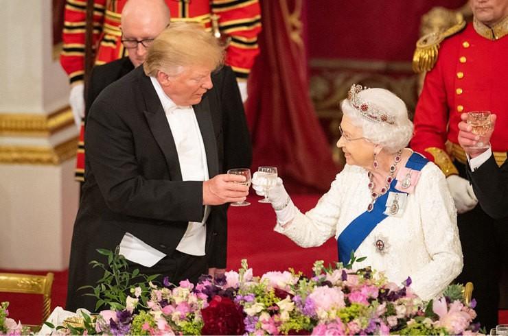Дональд Трамп трижды сконфузился перед королевой Англии