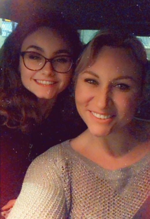 18-летняя дочь заступилась за свою мать, которая с 17-ти лет работает в эскорт-услугах