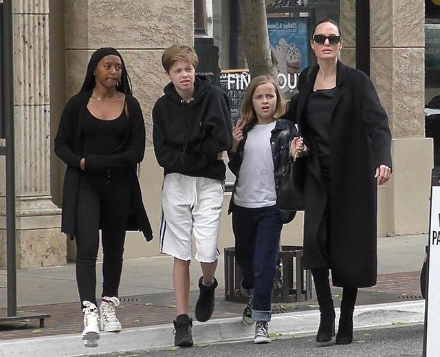 Наоми Уоттс смирилась, а Лив Шрайбер нет: 10-летнего сына актеров уже не отличить от девочки